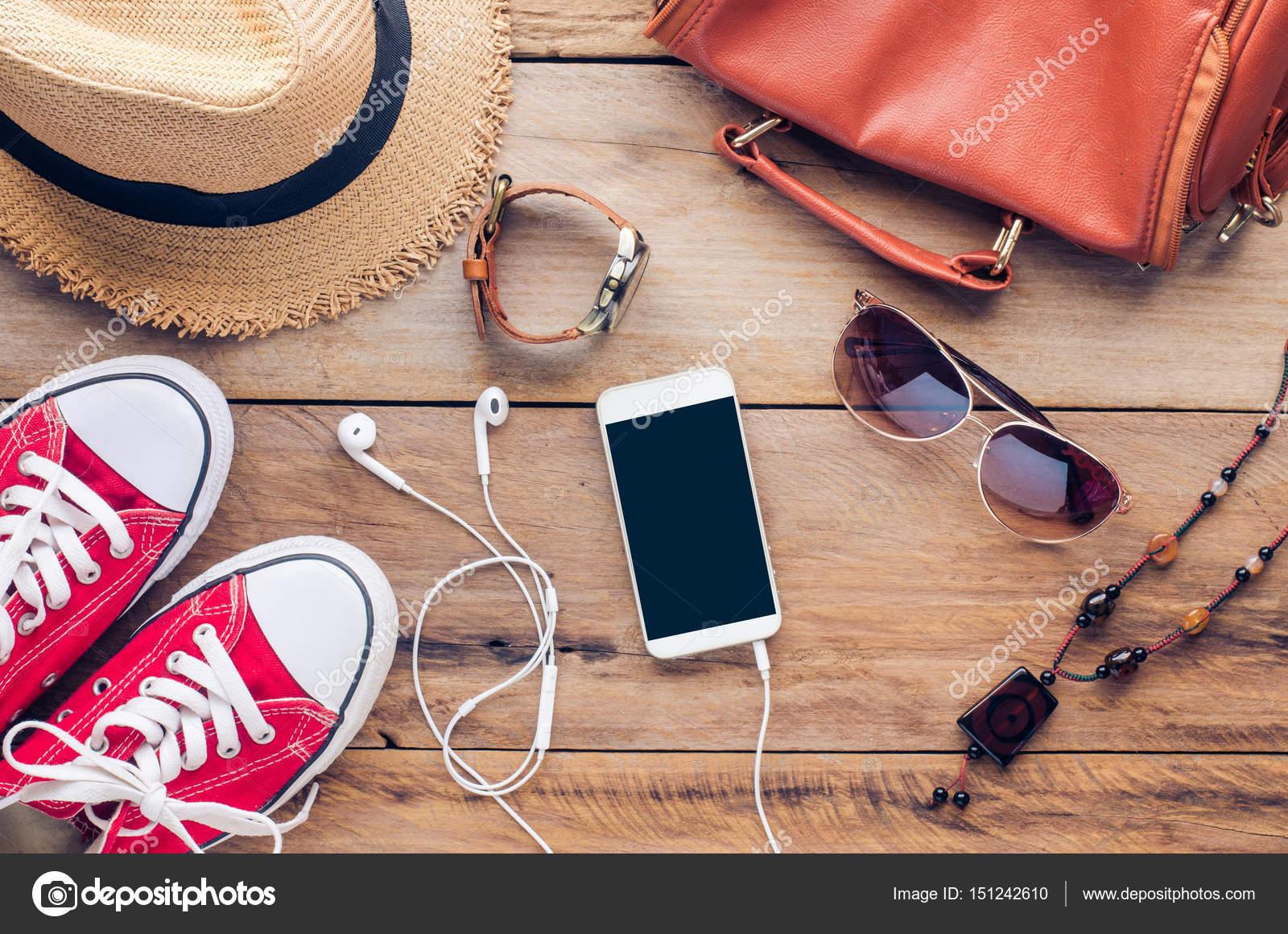 99cfd6f5e Acessórios para adolescente em suas férias. Chapéu de palha, óculos de sol  à moda, bolsa de couro marrom, sapatos vermelhos e fantasia no piso de  madeira– ...