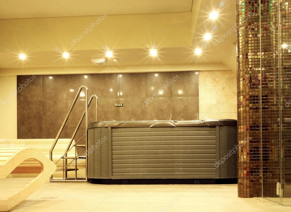 Moderne wellness badkamer met jacuzzi ontspannen — Stockfoto ...