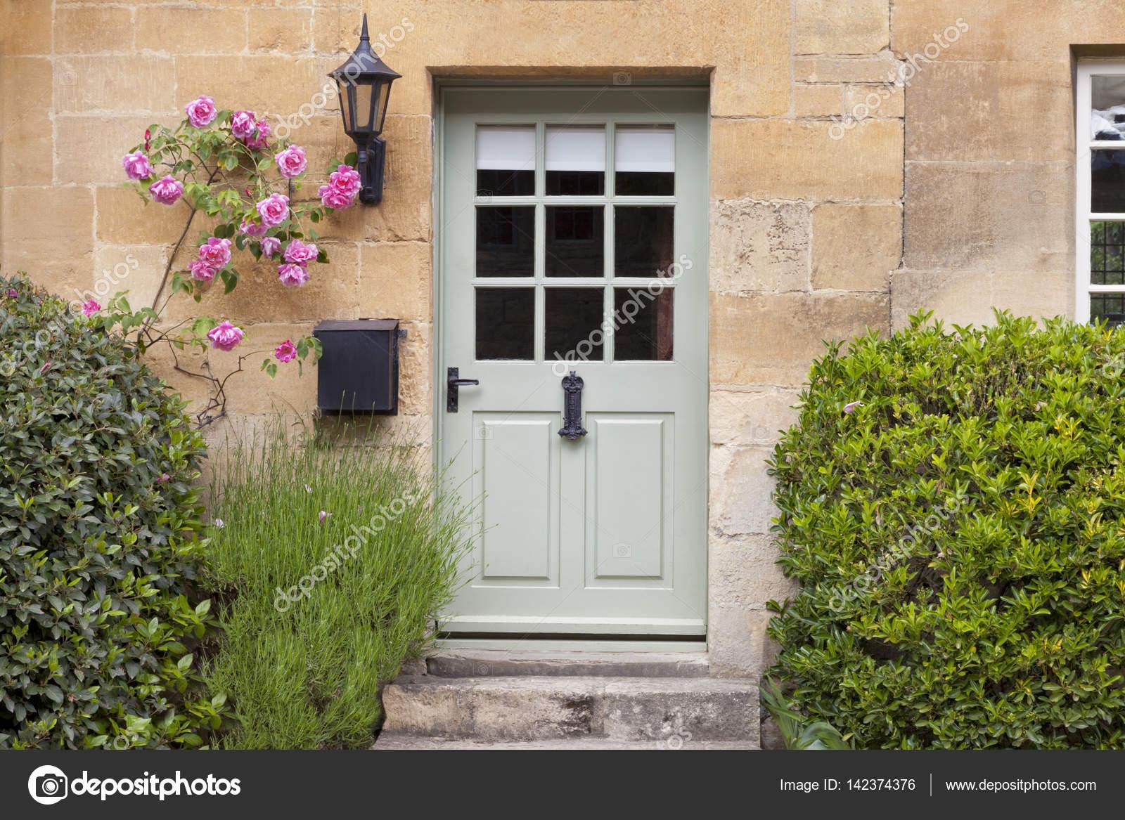 Relativ Steinhaus mit grünen Holz-Haustüren — Stockfoto © Yolfran #142374376 AU24