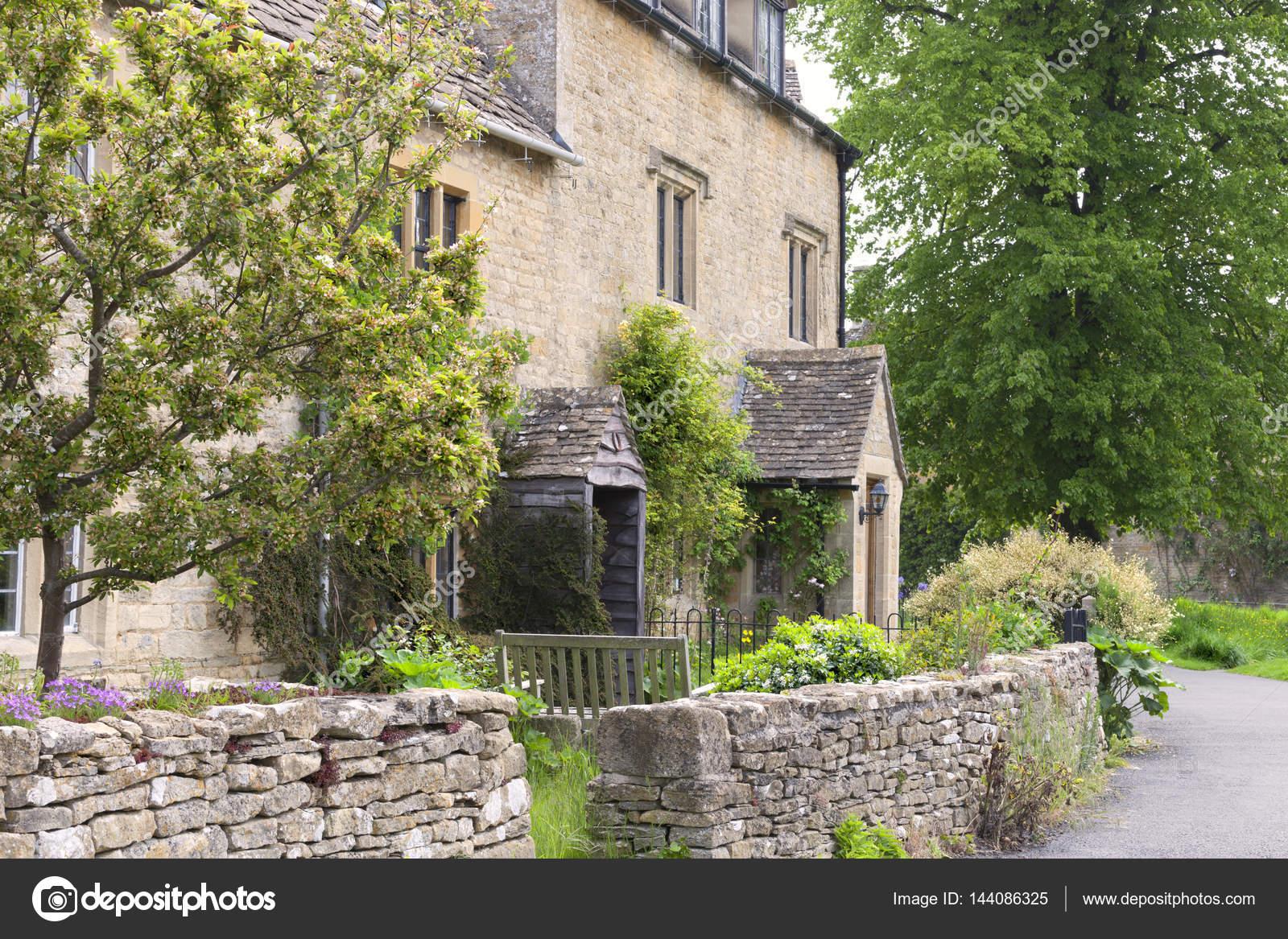 case di campagna inglesi di pietra di una strada del