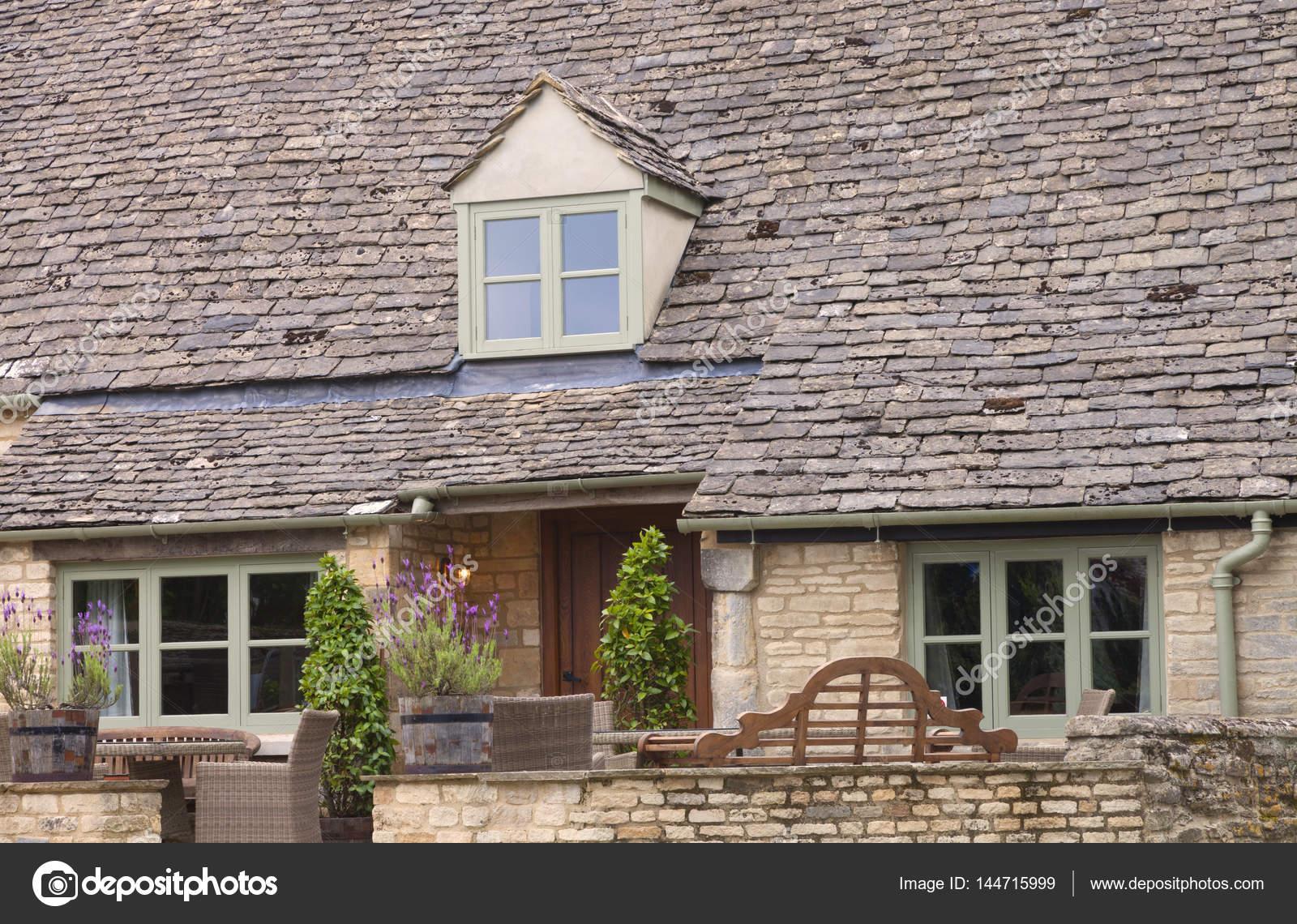 Maison Ancienne Avec Toit En Ardoise Et Terrasse Avec Mobilier De