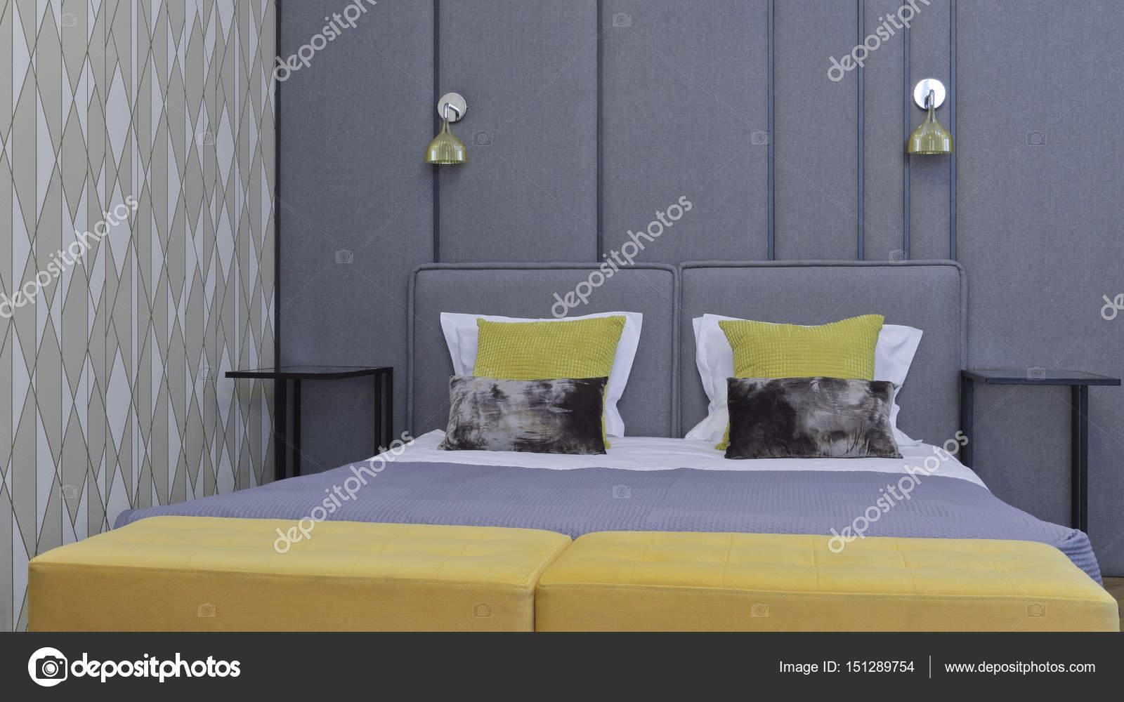 Duże łóżko W Sypialni Nowoczesny Apartament Z Szarej ściany