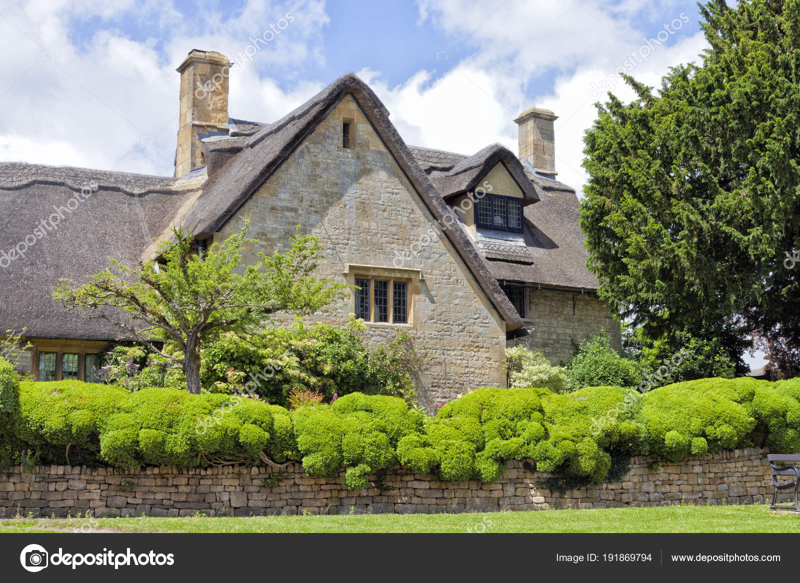 Oude rieten dak engelse cottage cotswold platteland met stenen