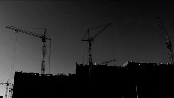původní černobílá pohybu jeřáby během výstavby domu. timelapse