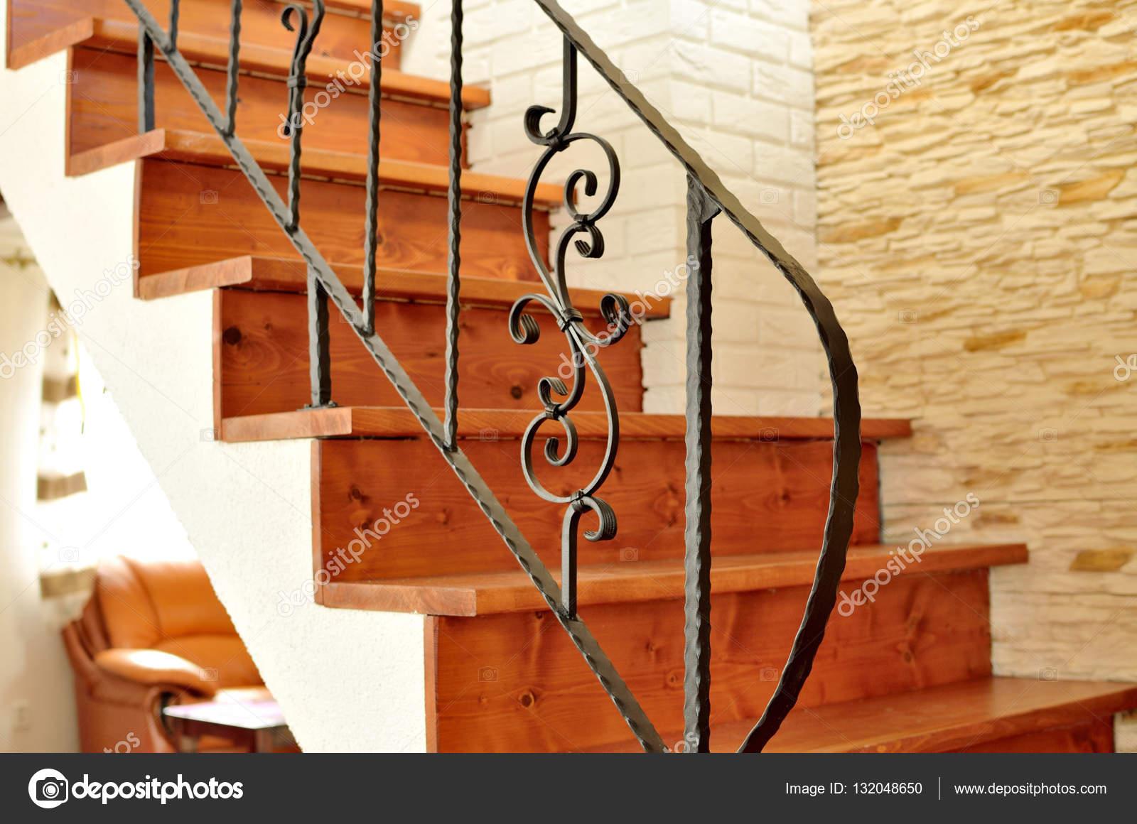 Escalera Interior Madera Con Barandilla De Hierro Ornamental Fotos