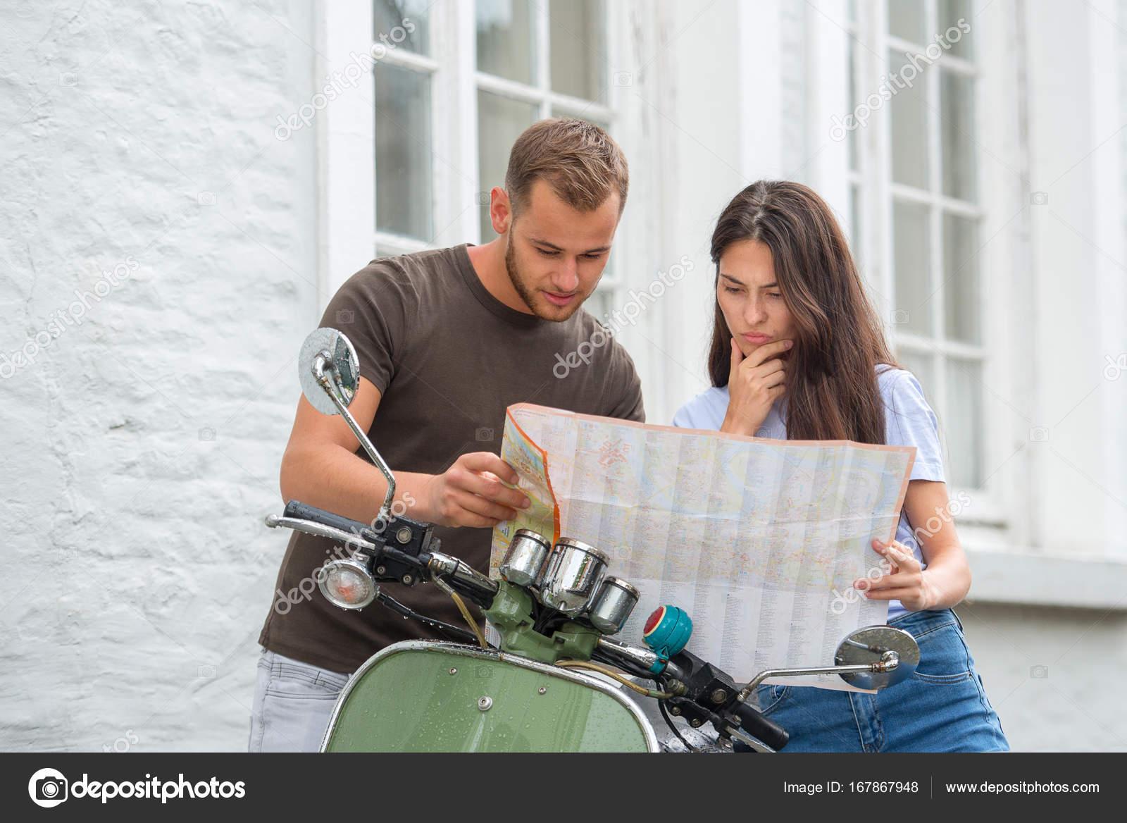 amorosa mapa Imagen de la joven pareja amorosa feliz sosteniendo mapa al aire  amorosa mapa