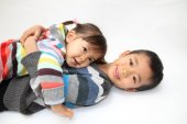 Fotografia Japanese brother and sister hugging each other (7 years old boy and 2 years old girl)