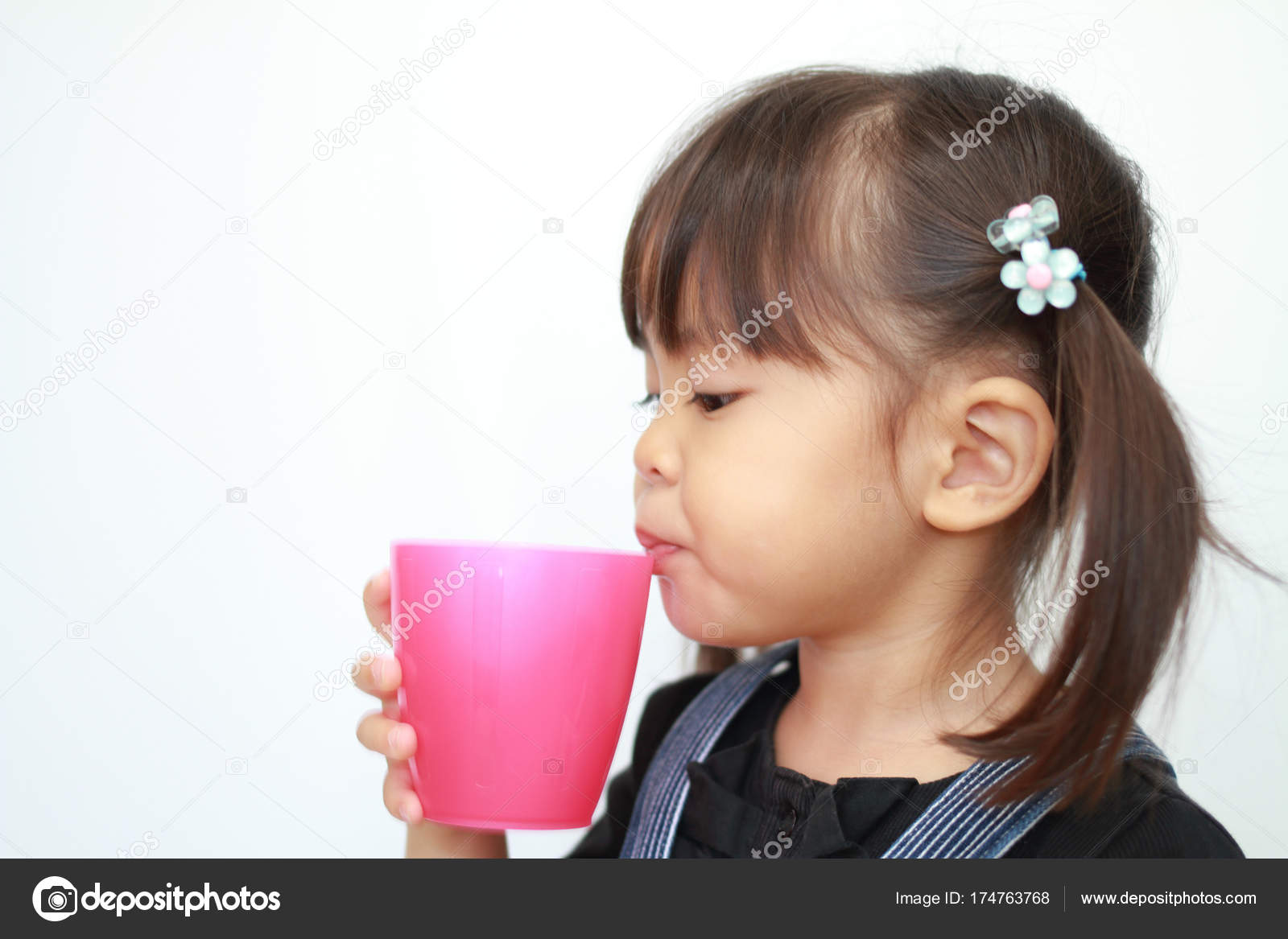 Japanese girl drinking water (3 years old) — Stock Photo