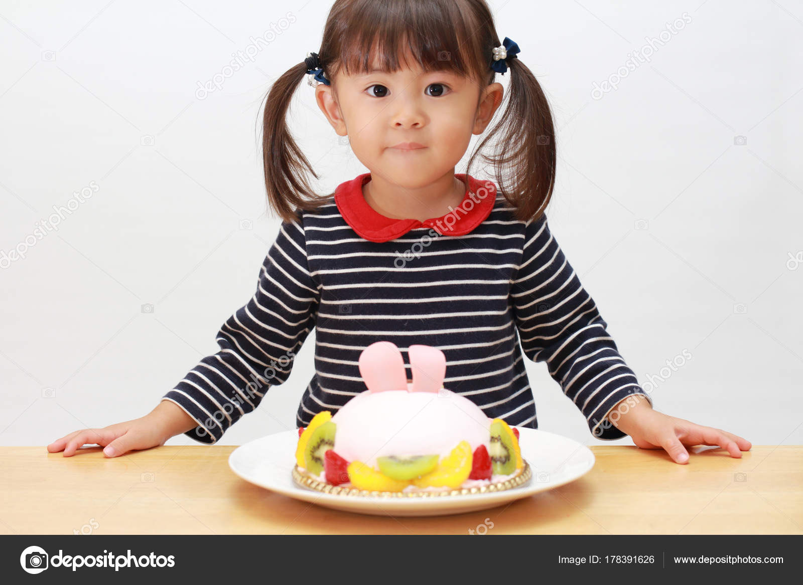 Japanese Girl And A Birthday Cake 3 Years Old Stockfoto