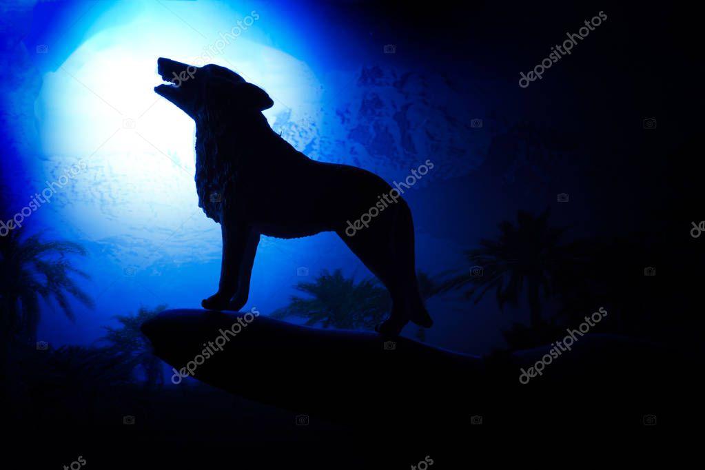 Lobo Aullando A La Luna Llena De Siluetas Foto De Stock