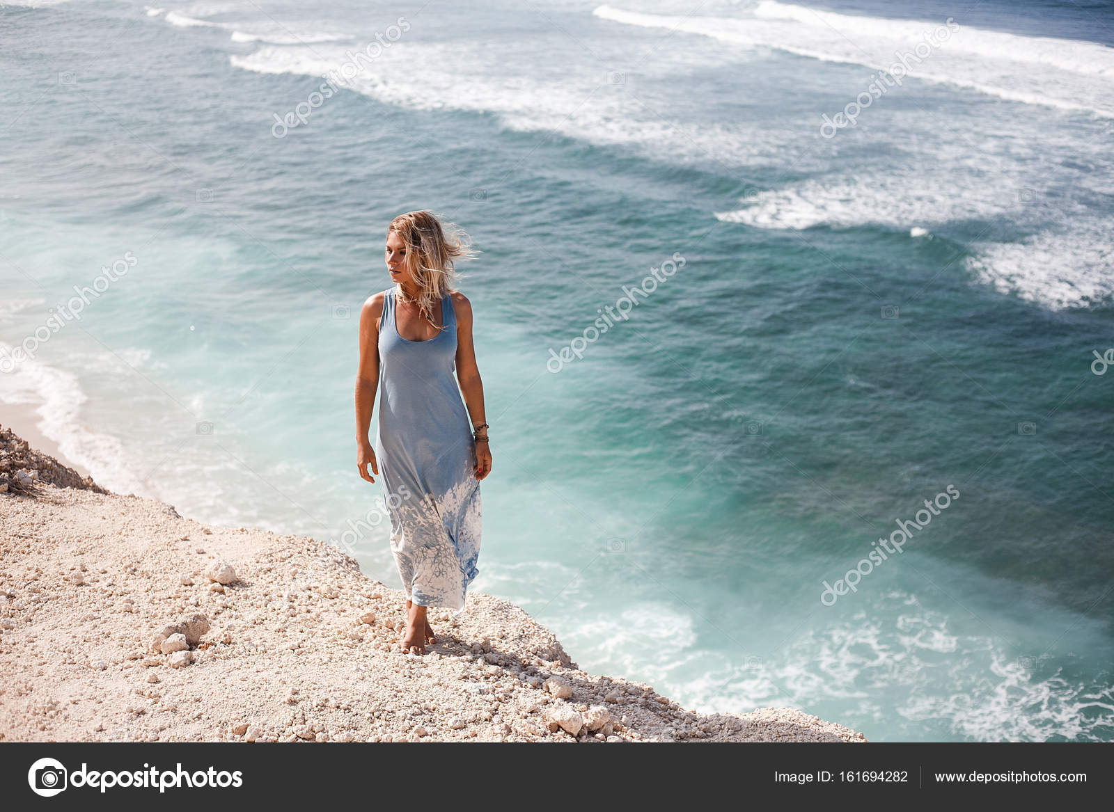 Licht Blauwe Jurk : Mooi meisje met haar zwevend in de lucht en de lichtblauwe jurk is
