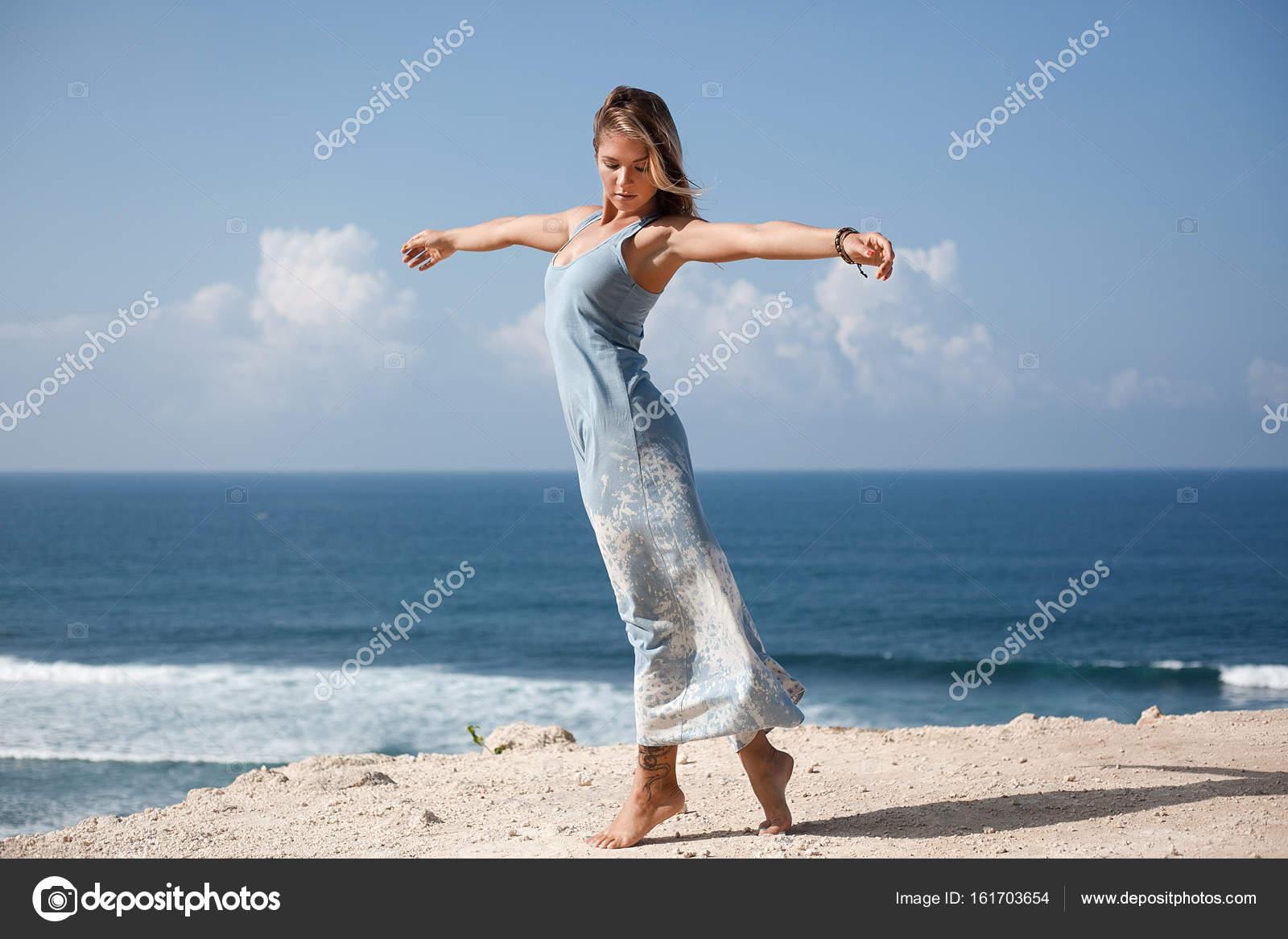 Licht Blauwe Jurk : Mooi meisje met haar zwevend in de lucht en de lichtblauwe jurk