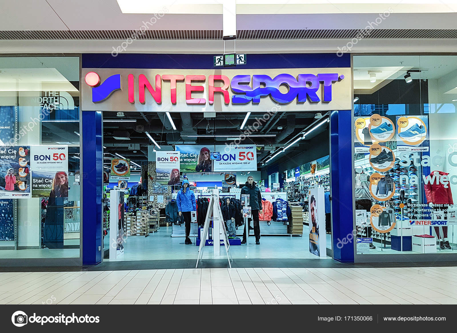 Vue de l extérieur magasin Intersport — Photo éditoriale © wdnet ... 32b725998a1