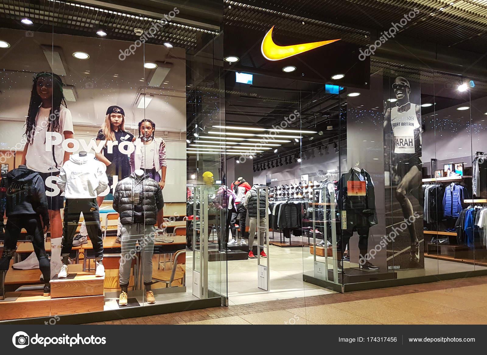primer nivel volumen grande zapatos elegantes Vista exterior de la Tienda Nike — Foto editorial de stock ...
