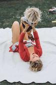 Fotografie Mutter Spaß mit ihrem Sohn auf Decke
