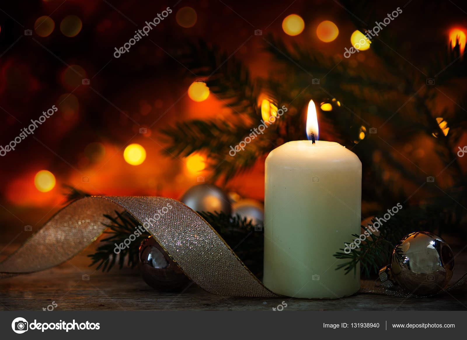 소박한 나무 테이블에 크리스마스 장식과 함께 촛불, 어두운 ...