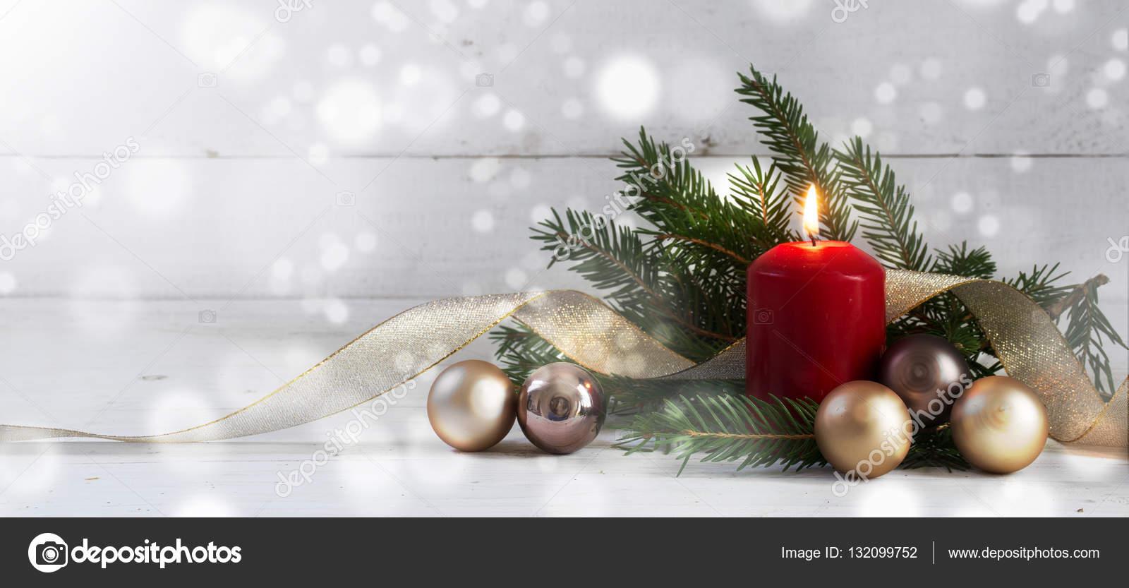 Kerstdecoraties Met Rood : Rode kaars met kerstdecoratie fir tree kerstballen en gouden lint