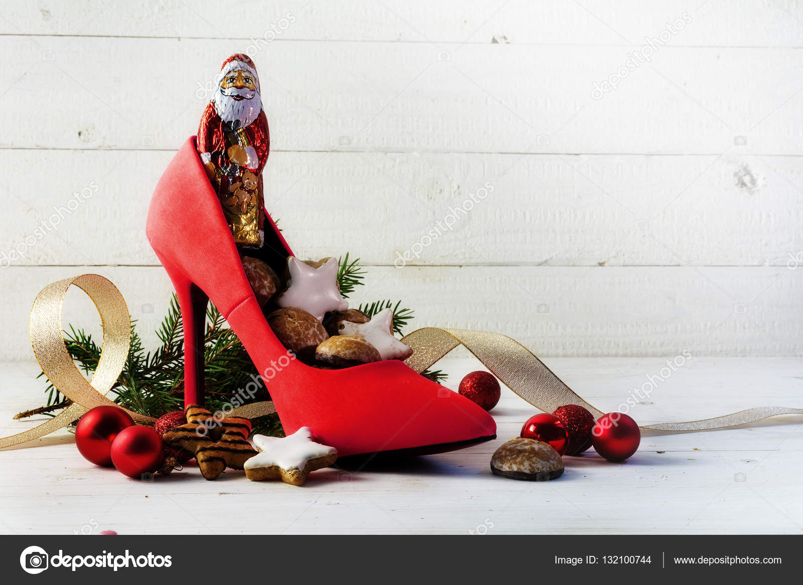 Damer röda högklackade sko fylld med godis och juldekoration för Nikolaus  dag den 6 december i Tyskland 031de49c9ef74