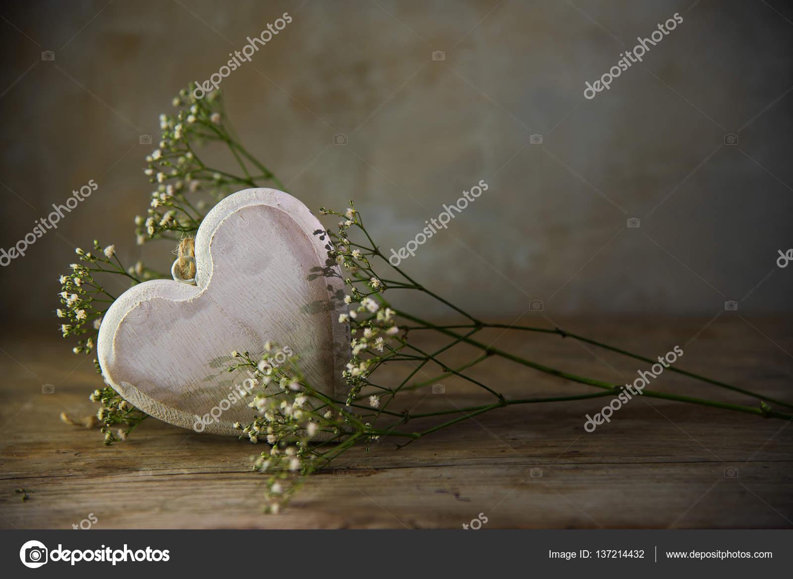 Fondo De Madera Vintage Con Flores Blancas Manzana Y: Corazón De Flores Blancas Y Madera Contra Un Fondo