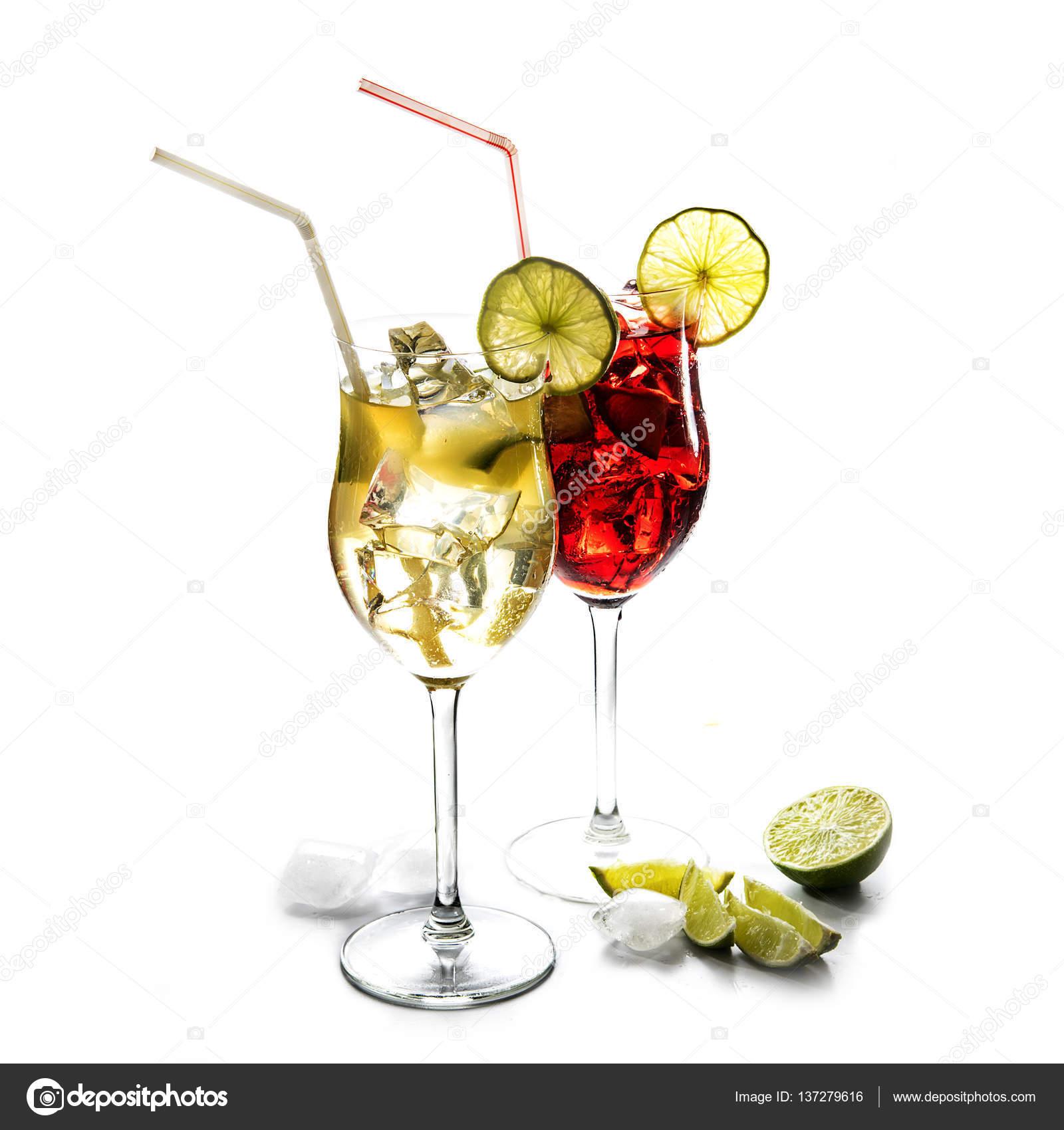 Zwei Cocktailgläser, gelbe und rote Mixgetränke mit Limette und Eis ...