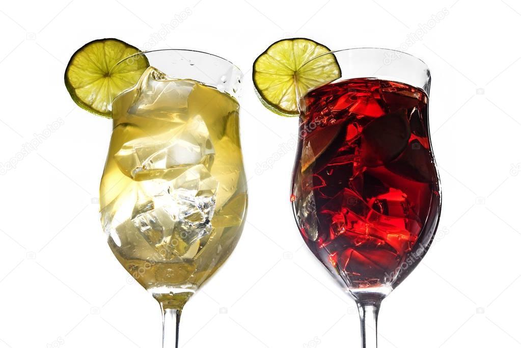 zwei cocktailgl ser gelbe und rote mixgetr nke mit limette und eis isoliert auf weiss. Black Bedroom Furniture Sets. Home Design Ideas