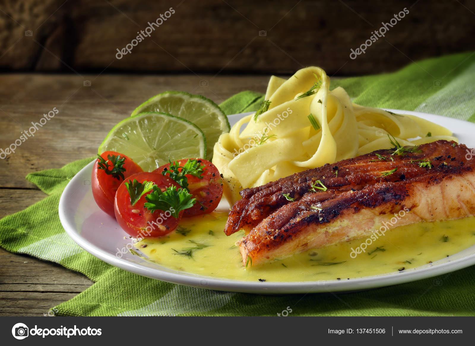 Plat De Saumon Grille Avec Sauce Au Safran Et Aneth Citron Vert