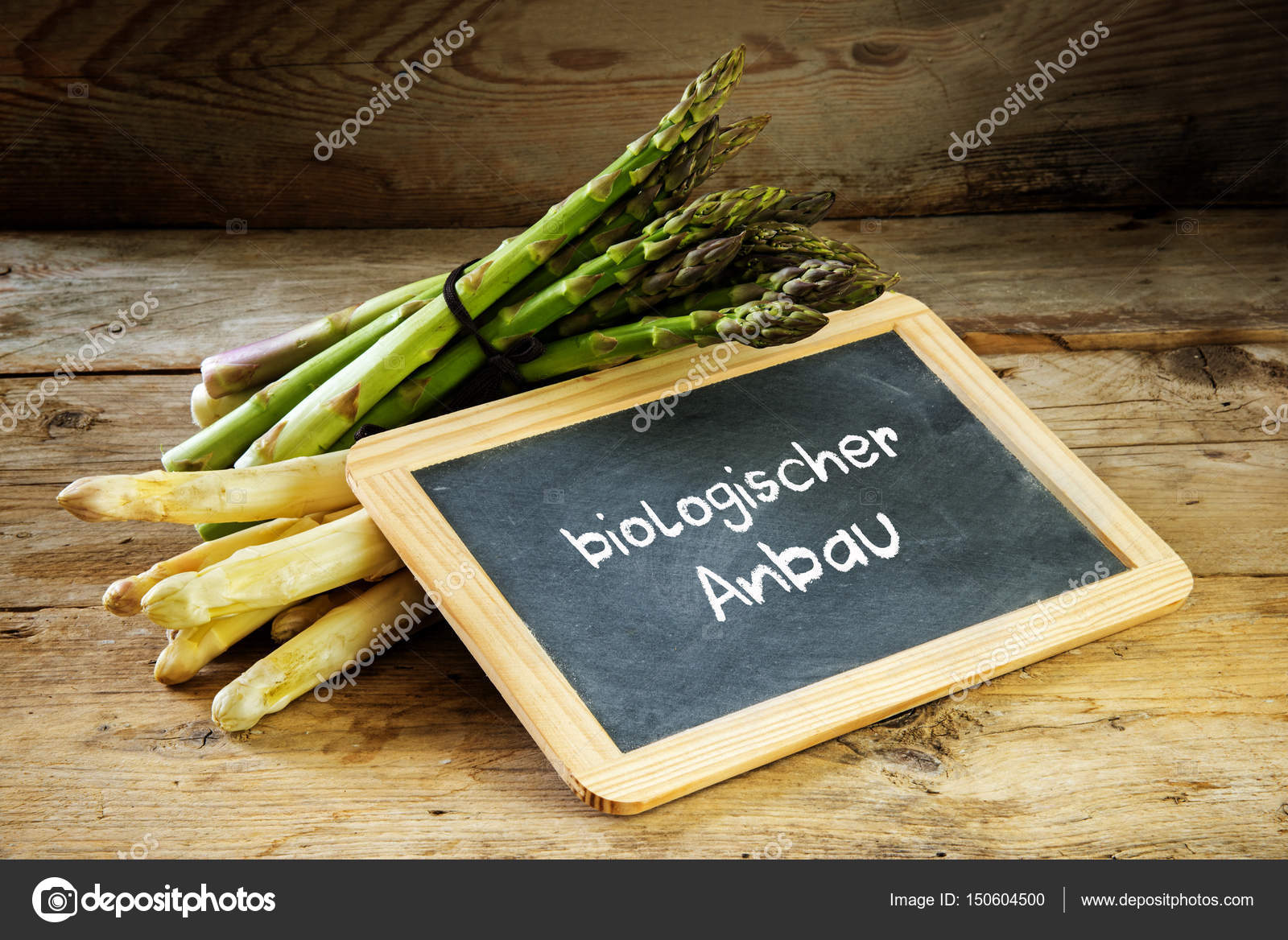 Green and white asparagus and a blackboard with the german text ...