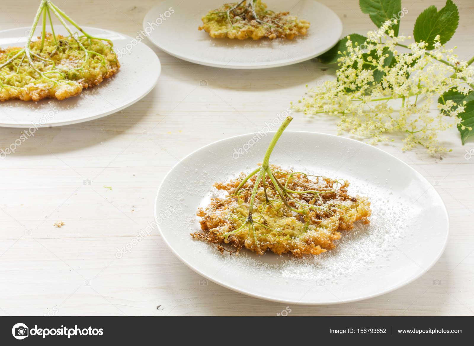 frittierte Holunderblüten Pfannkuchen mit Puderzucker auf drei ...