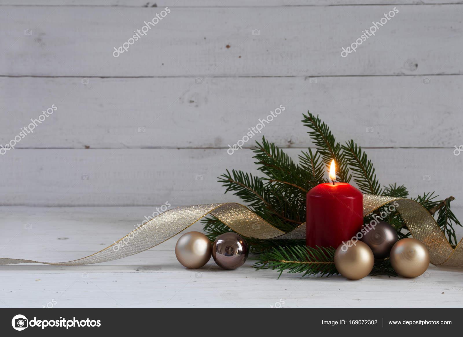 Kerstdecoraties Met Rood : Rood branden van de kaars met kerstdecoratie fir tree