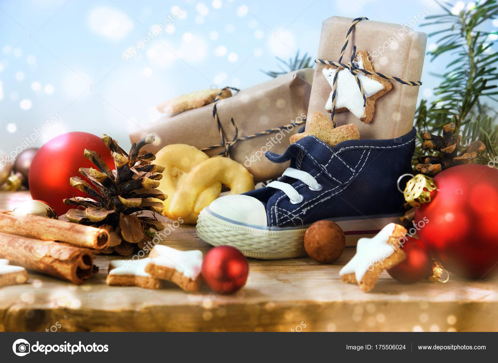 Decorazioni In Legno Per Bambini : St nicholas day scarpe per bambini con dolci regali e