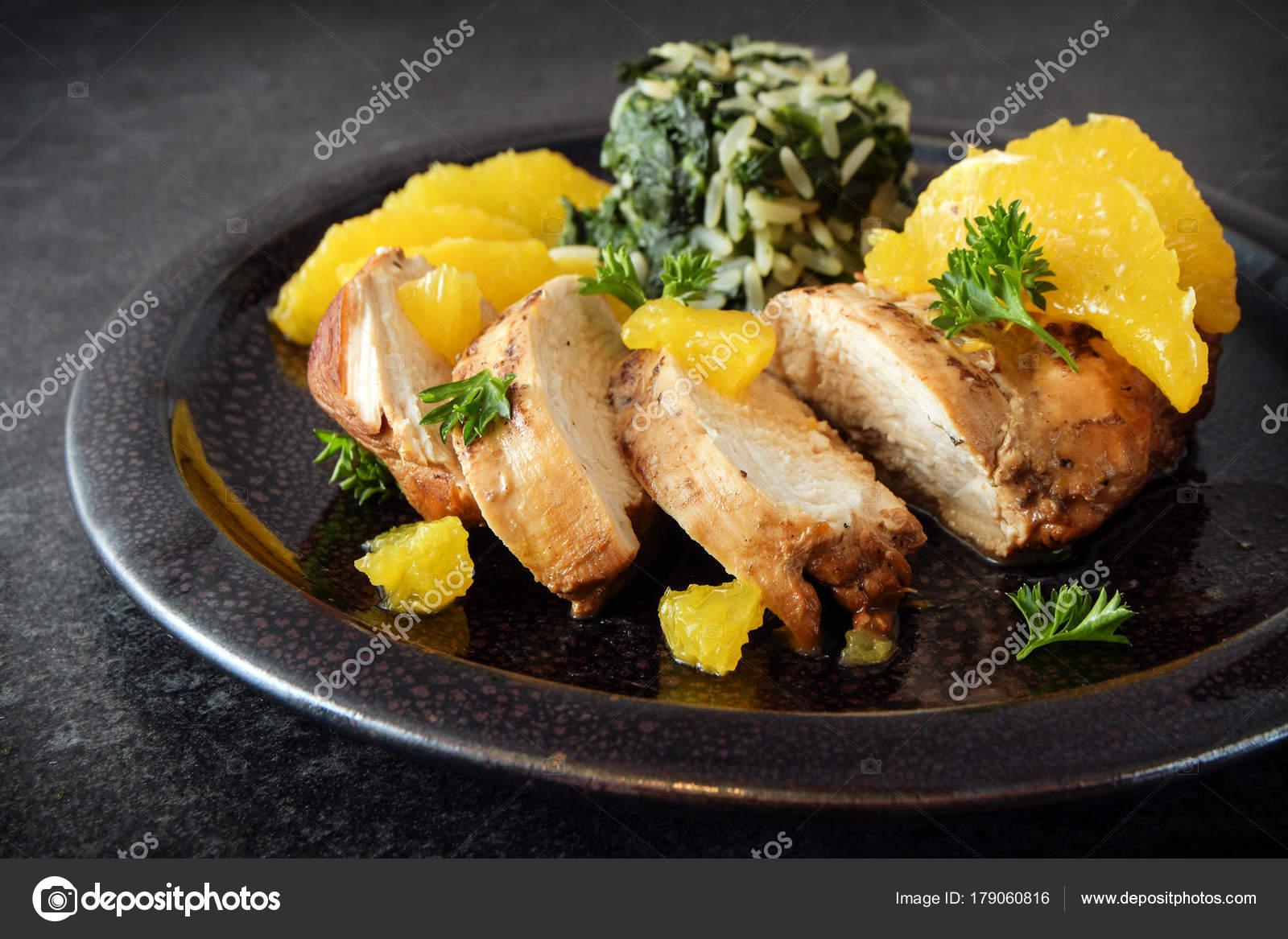 Жареная куриная грудка коричневый рис шпинат брокколи спаржа.