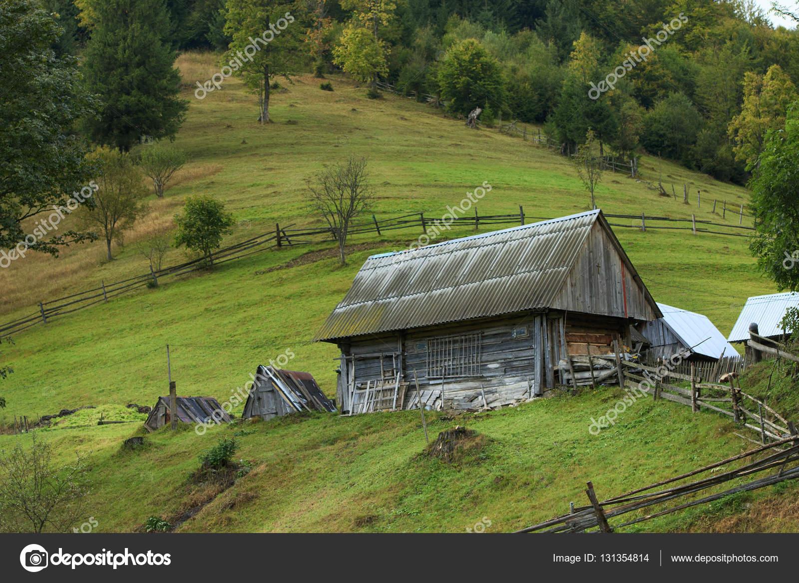 Rustico casa su una collina foto stock vzmaze 131354814 for Piani casa fienile rustico