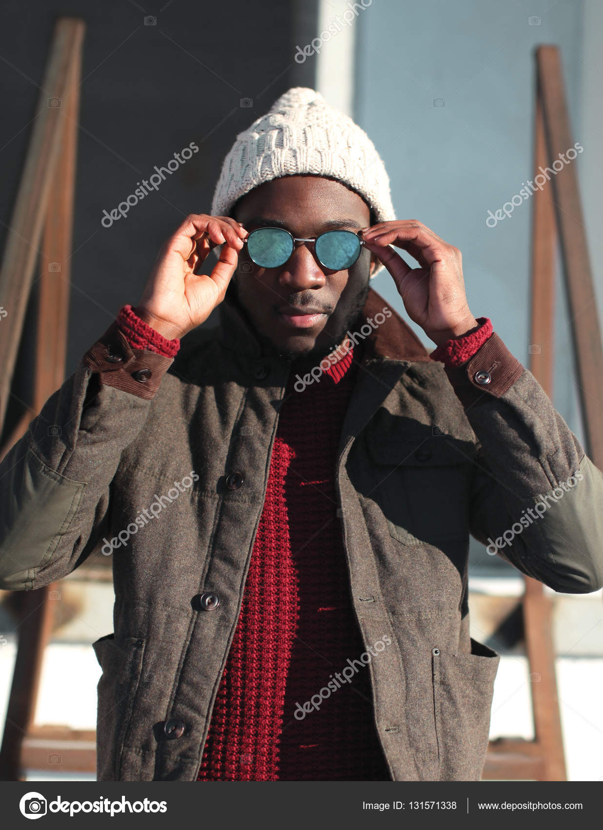 fama mondiale una grande varietà di modelli acquistare Moda ritratto africano dell'uomo che indossa un cappello e ...
