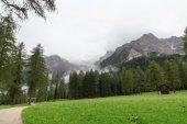 Sextenských Dolomit hory a pěšina v regionu Jižní Tyrolsko, Itálie