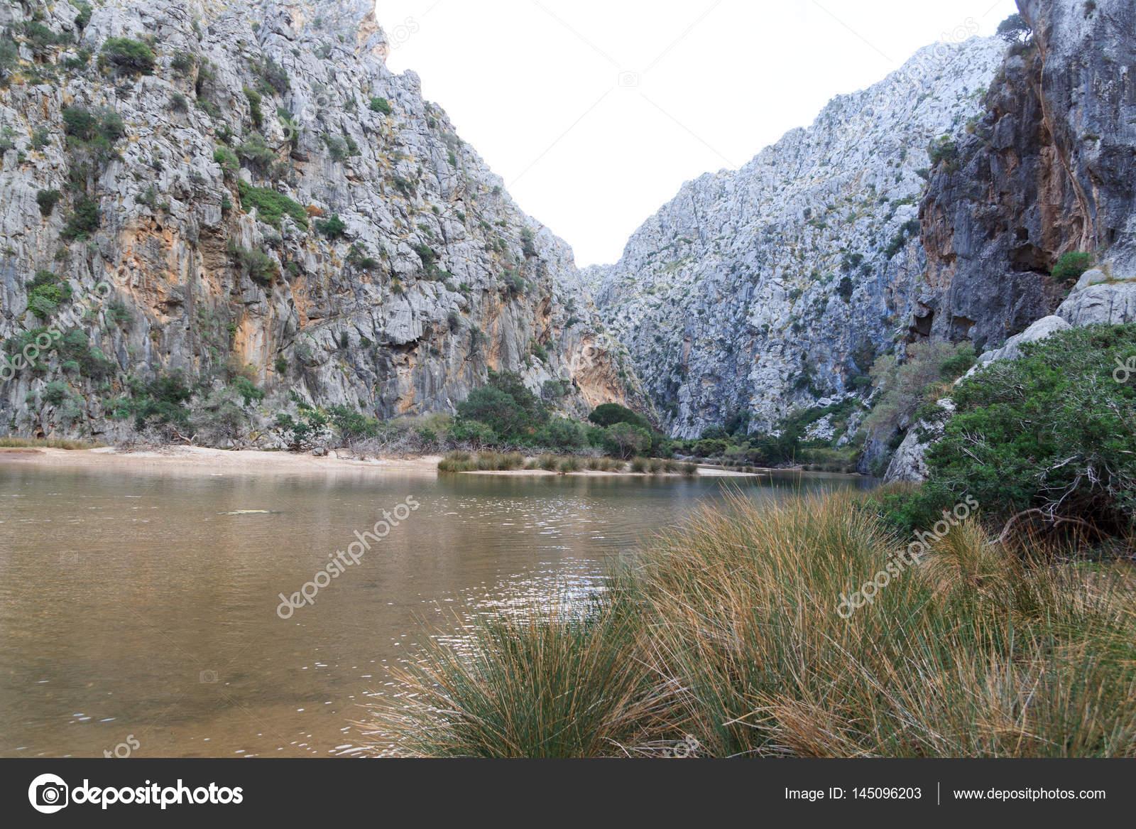 Торрент pareis каньон пляжа майорке испания – стоковое.
