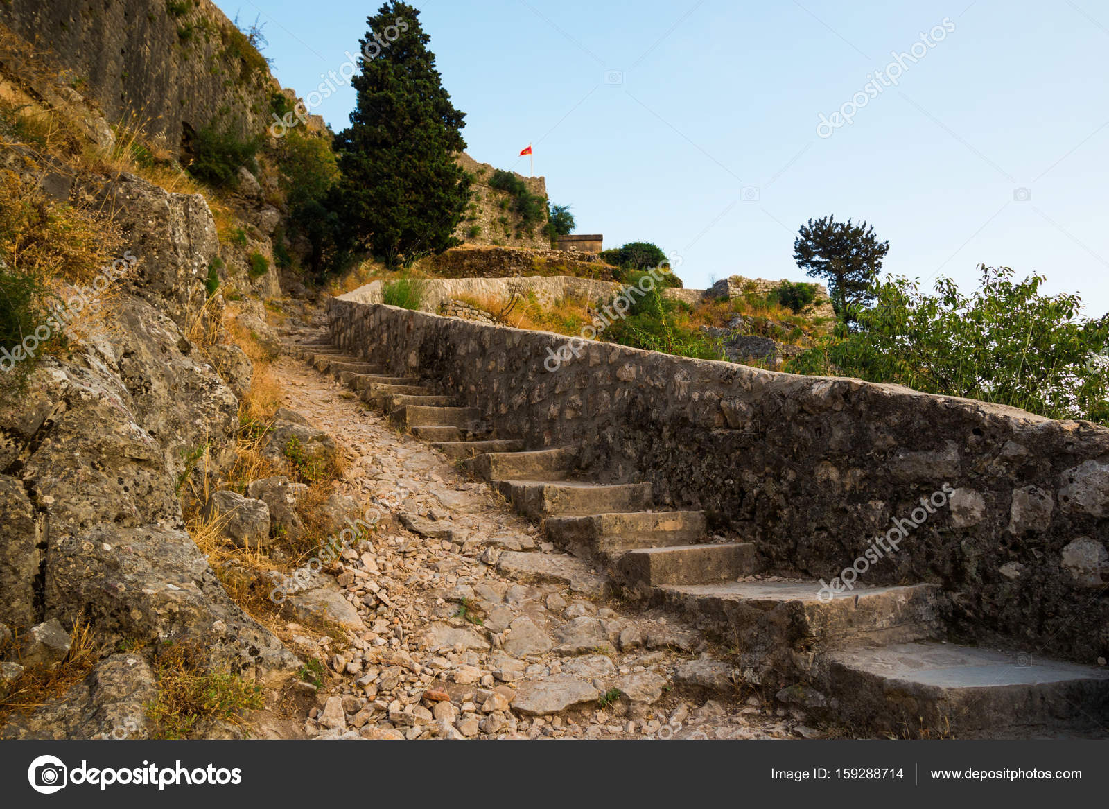 Ruïnes van kotor van kasteel van san giovanni met stenen trap huis