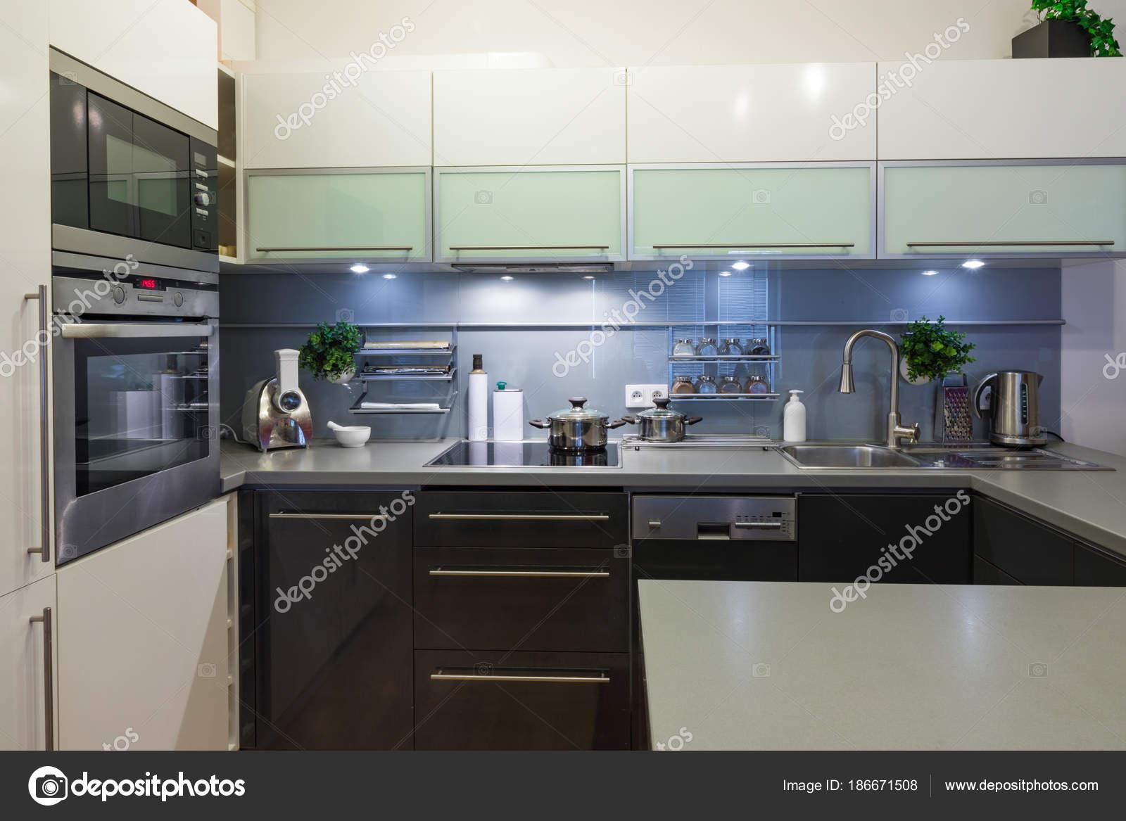 Cuisine moderne à la maison avec de la vaisselle ...