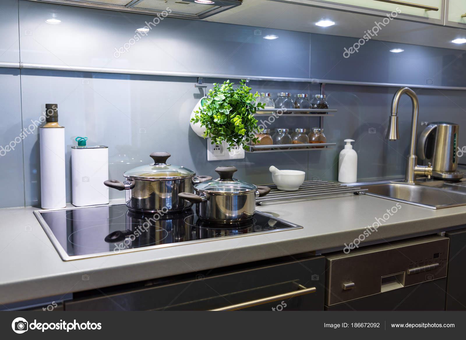 moderna cocina en casa con utensilios de cocina — Foto de stock ...