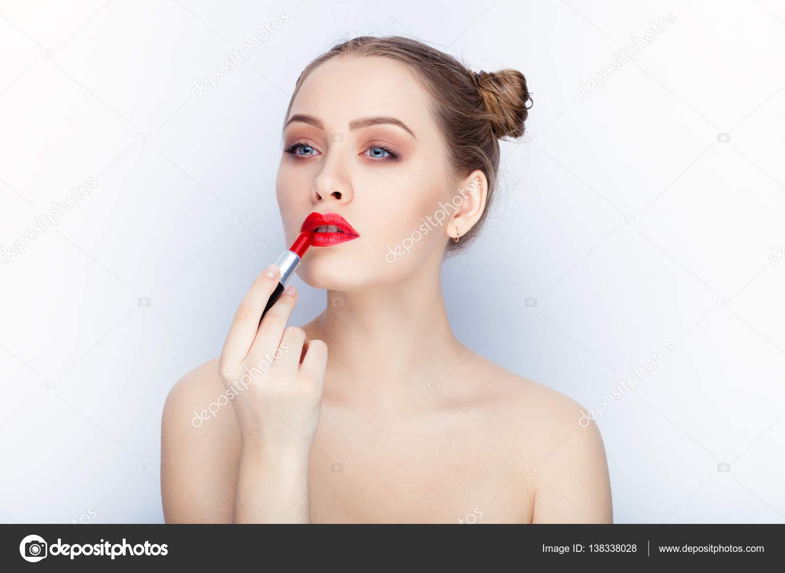 Spalle Nude Di Giovane Donna Graziosa Alla Moda Trucco Labbra Rosse