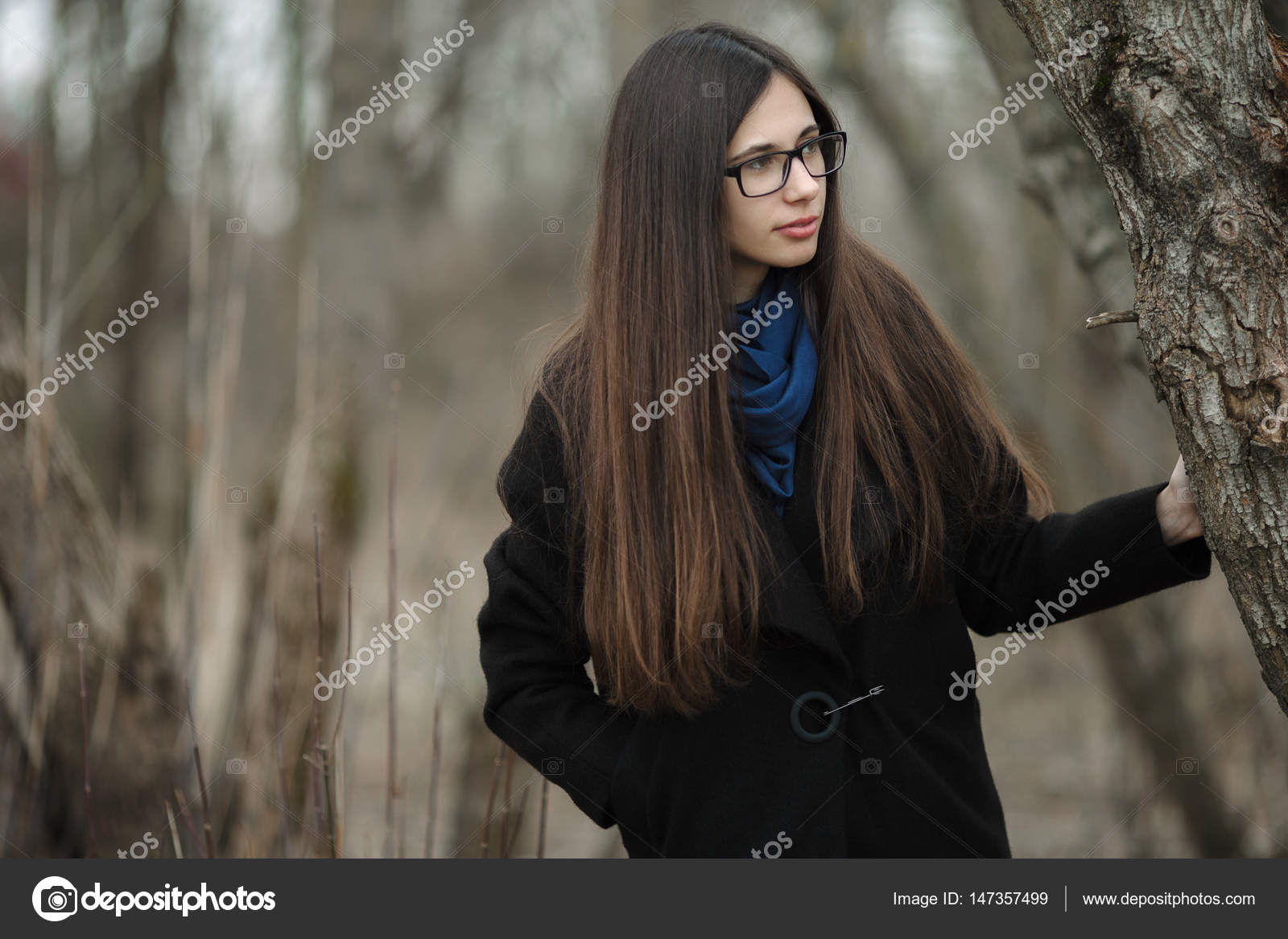 Junge Schone Madchen In Einem Schwarzen Mantel Blauen Schal Brille