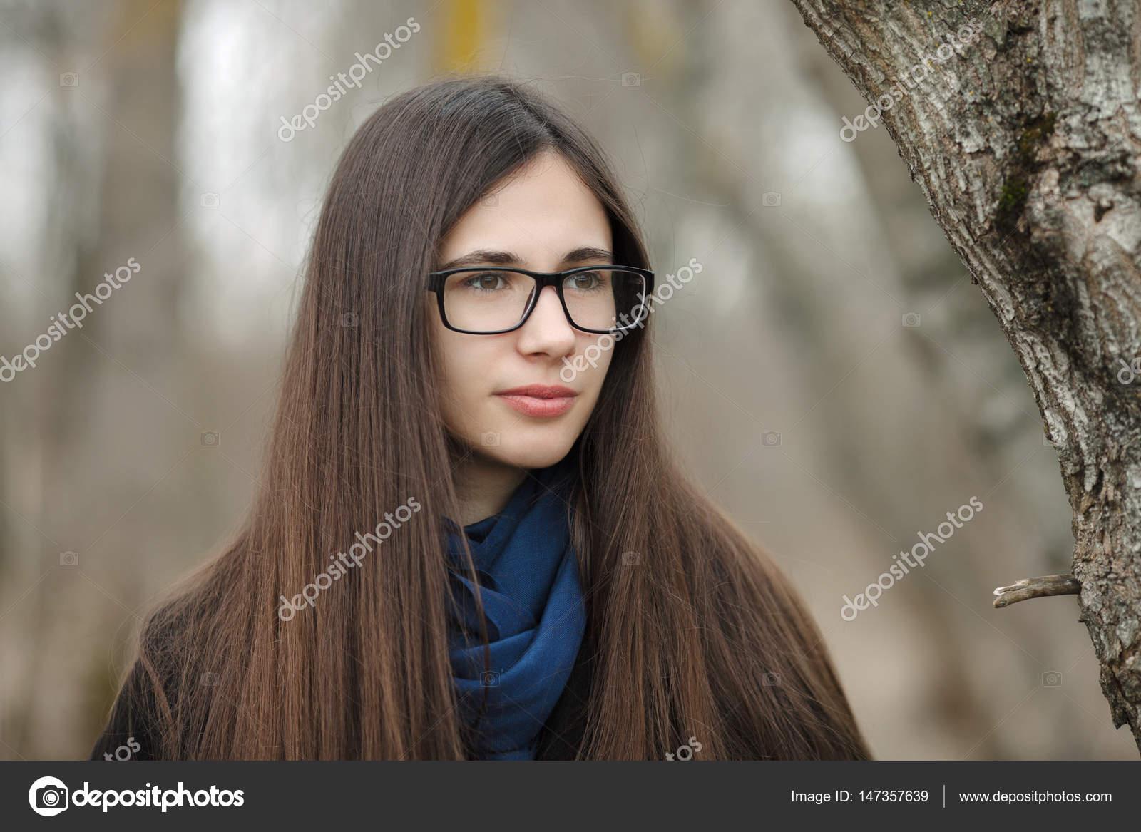 Schone Madchen In Einem Schwarzen Mantel Blauen Schal Brille Im