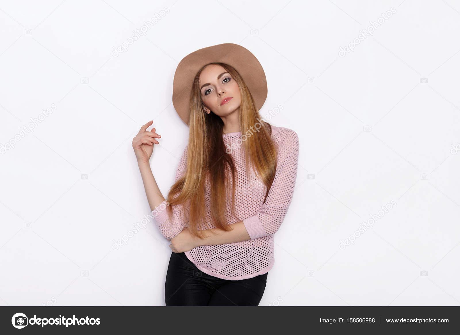 87b7cb19102 Mignonne et élégante belle jeune blonde femme en vêtements à la mode  pratique modèle poses et à la recherche de suite avec sourire en se tenant  debout sur ...