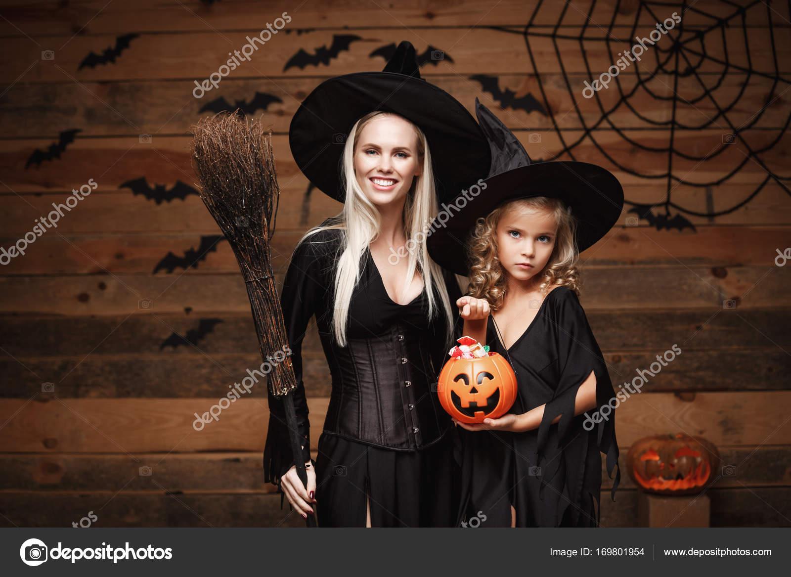Halloween-Konzept - schöne kaukasischen Mutter und ihrer Tochter in ...