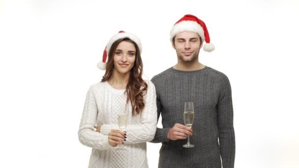 Lassú mozgású fiatal pár élvezni, iszik pezsgőt ünnepelni a karácsonyi szórakozás együtt vonzás érzés