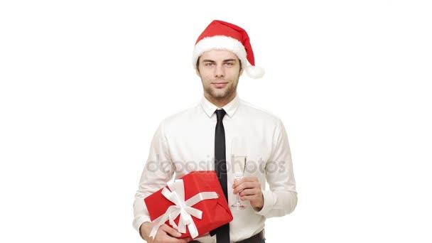 4k pohledný mladý blond podnikatel vánoční klobouk drží sklenku šampaňského usmívající se směje s červenou přítomné