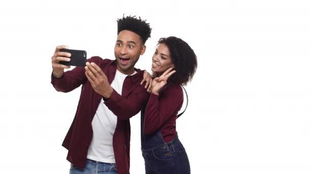 4k - šťastný veselý afro americký pár takže selfie a sledování vyrobené fotografie izolované na bílém pozadí