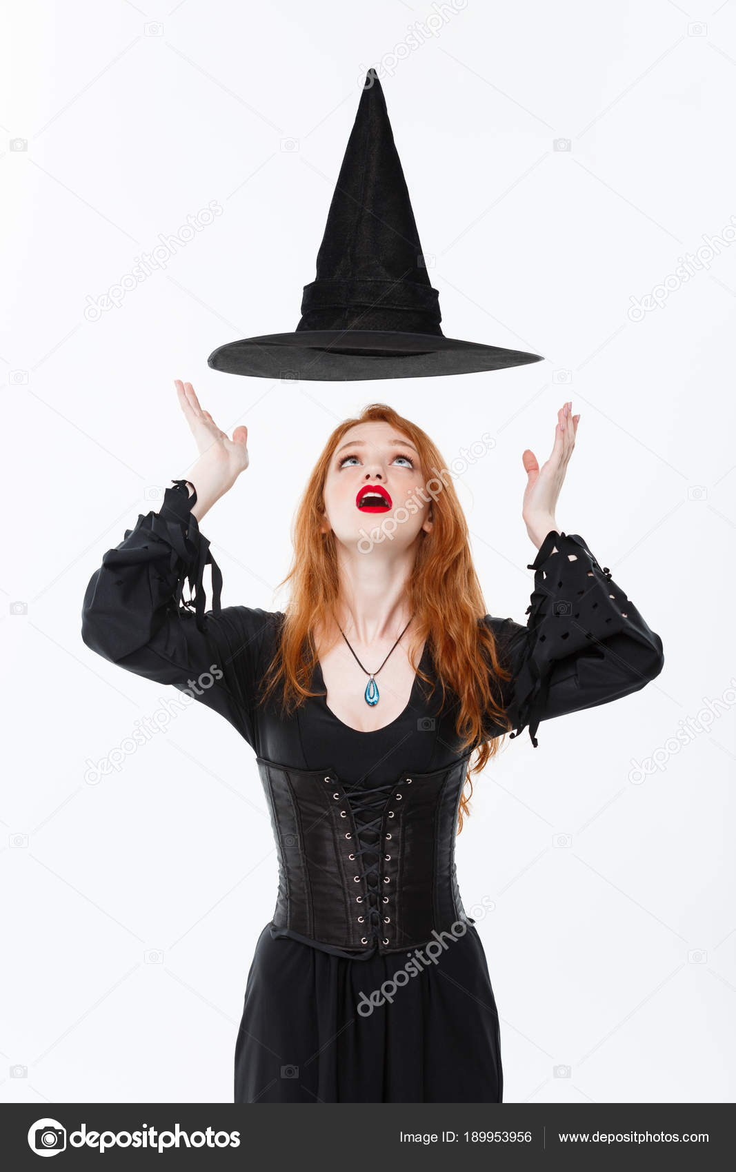 Conceito de bruxa de Halloween - feliz dia das bruxas Sexy gengibre cabelo  bruxa com chapéu 041c959c926