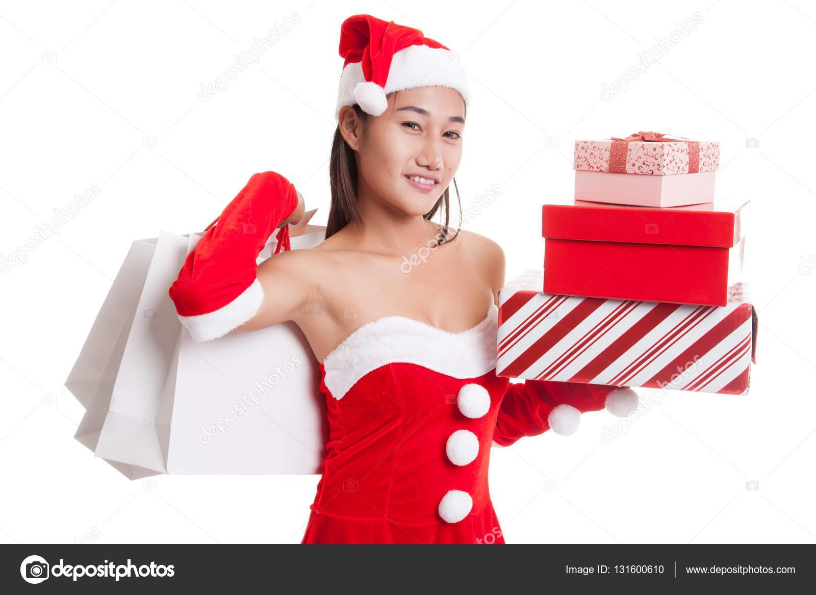 55d0ee53617d Ragazza asiatica del Babbo Natale con borse della spesa e regalo isolato su  priorità bassa bianca — Foto di Halfbottle