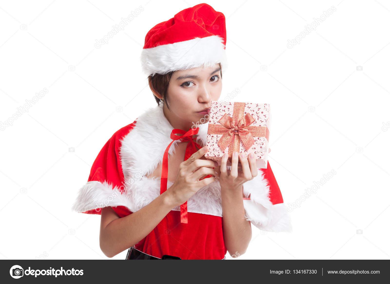bc9af4fba47e Ragazza asiatica Babbo Natale bacio un contenitore di regalo isolato su  priorità bassa bianca — Foto di ...