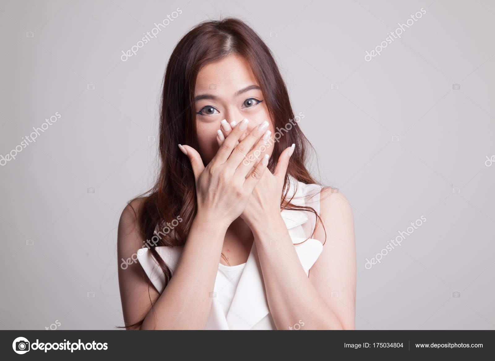 Schöne junge asiatische Frau den Mund zu schließen — Stockfoto ...